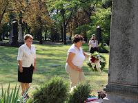 19 Czuczor Mária, Andód polgármestere és munkatársa elhelyezi az emlékezés virágait.JPG