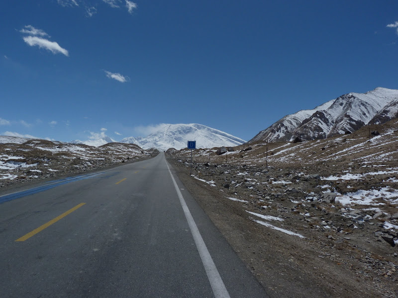XINJIANG. Karakoram Highway, lune des plus haute route au monde, en passant a 4400 m - P1280498.JPG