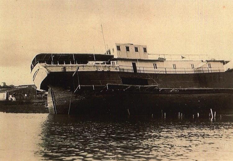 Detalle de la barca, ya con las estructuras y trabajos para intentar su recuperación. Foto del Sr. Giorgio Munisso.jpg