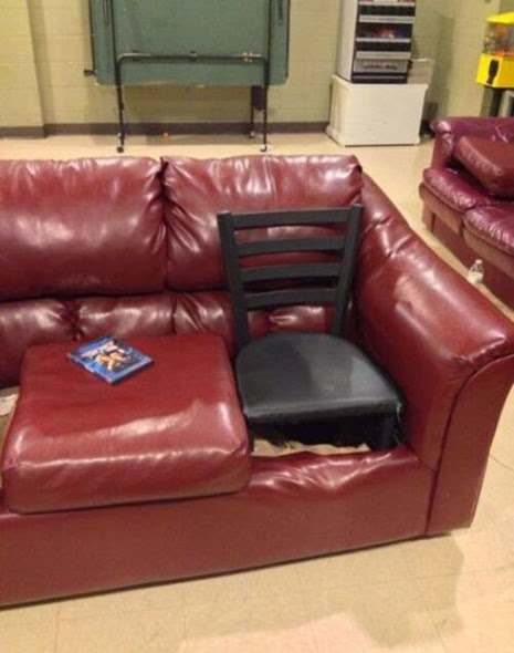 Sofá con una silla dentro