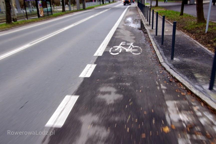 Zlikwidowano miejsca parkingowe - postawiono słupki i wymalowano pas ruchu dla rowerów.