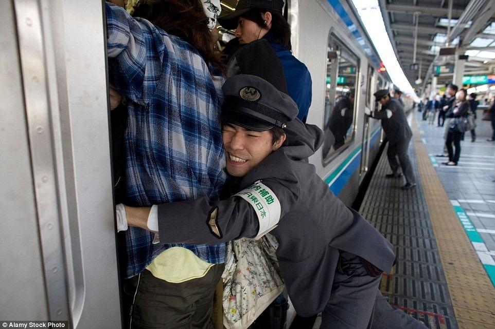 tokyo-subway-pushers-3