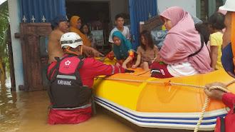 PMI Terjunkan Kekuatan Penuh Guna Evakuasi Korban Banjir di Karawang