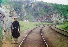 Работник Транс-Сибирской железной дороги недалеко от города Усть-Катав на реке Юрюзань в 1910 году