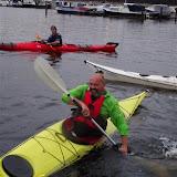 Mark doet de lage steun als Jurriaan aan de boot trekt