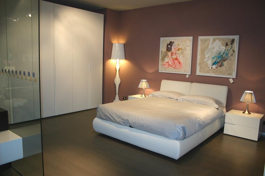 camera in promozione de LA CASA MODERNA con armadio laccato, letto imbottito con contenitore, gruppo Breccia laccato bianco.JPG