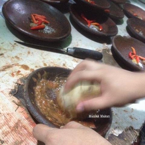 maniak-makan-ayam-penyet-kumis-benhil-proses-uleg-sambal