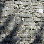 6 – Muur in niet-gekantrechte breuksteen bijgesneden voor het leggen