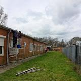 Nu verder aan de achterkant, Sandra en Marcel schrobben de muren om het groen er af te krijgen...
