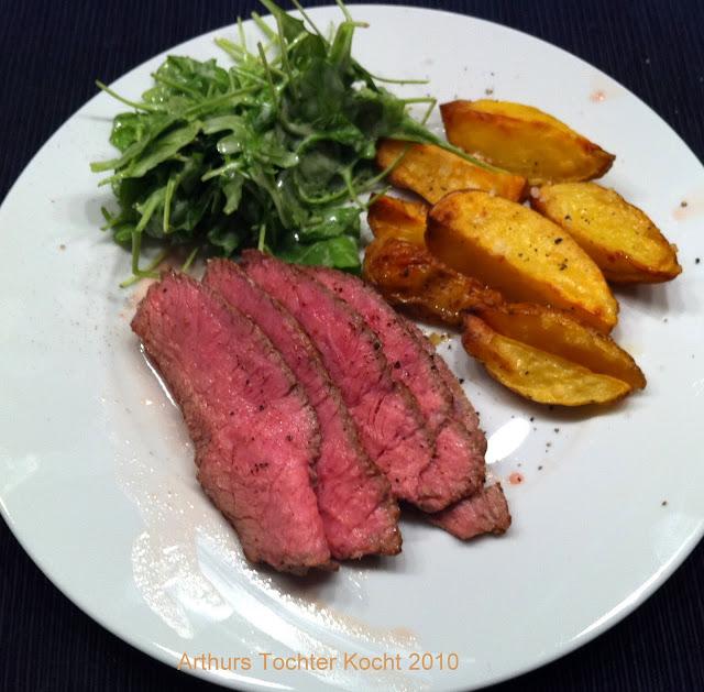Rumsteak mit gebackenen Kartoffelspalten und Salat | Arthurs Tochter Kocht by Astrid Paul