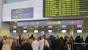pasajeros en los mostradores de facturación de equpajes en lazona de salidas del aeropuerto de Almería.