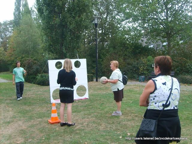 Speelster Jana Vanderstraeten begeleidt de wandelaars (meer info op http://users.telenet.be/zvcdekartoesjkens)