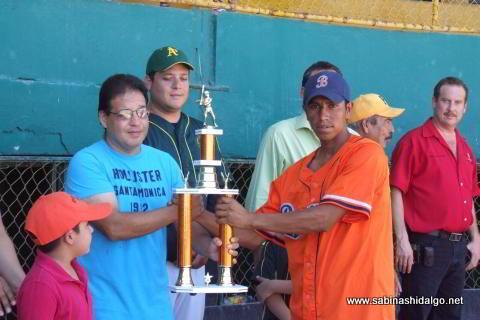Entrega de trofeo al equipo tercer lugar
