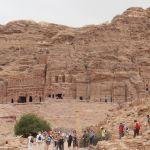 「王家の墓」と呼ばれる岩山に並んだ4つの巨大な岩窟墓