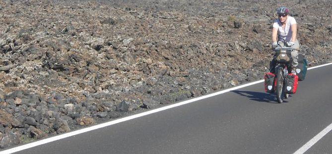 Miri on the Bike im Parque Nacional de Timanfaya, Parque Natural Los Volcanes, Lanzarote