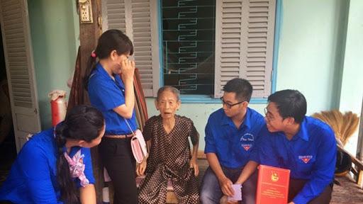 Trao sổ tiết kiệm cho 3 Bà mẹ VN anh hùng