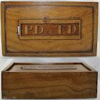 Houten kist. Van boven naar beneden bovenkant en voorkant. P.D & T.D zijn voornamen van een echtpaar uit Metslawier. Komt uit 1850.