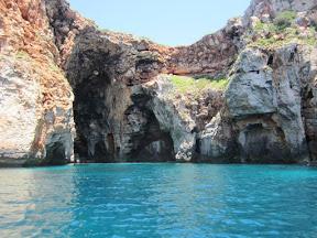 Cales Coves es una pequeña playa virgen de Menorca. Situada en Alaior. Alberga en sus acantilados la mayor necrópolis de la cultura talayótica de la isla.