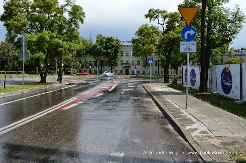 Po dojechaniu do skrzyżowania kierujący pojazdami widzą zestaw znaków informujących o konieczności ustąpienia pierwszeństwa a także nakazie skrętu w prawo. Nakaz ten nie dotyczy rowerzystów, którzy mogą skręcić także w lewo.