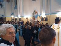 Az áldozati adományokat hozzák az oltárra, bal oldalon Nógell Sanyi bácsi, a közösségünk legidősebb ministránsa.JPG