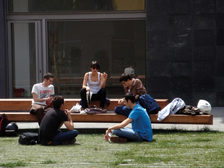 Voor jongeren is straatmeubilair eerder zitten, liggen of leunen. Op de Trapecio zitbank is het gewoon chillen.