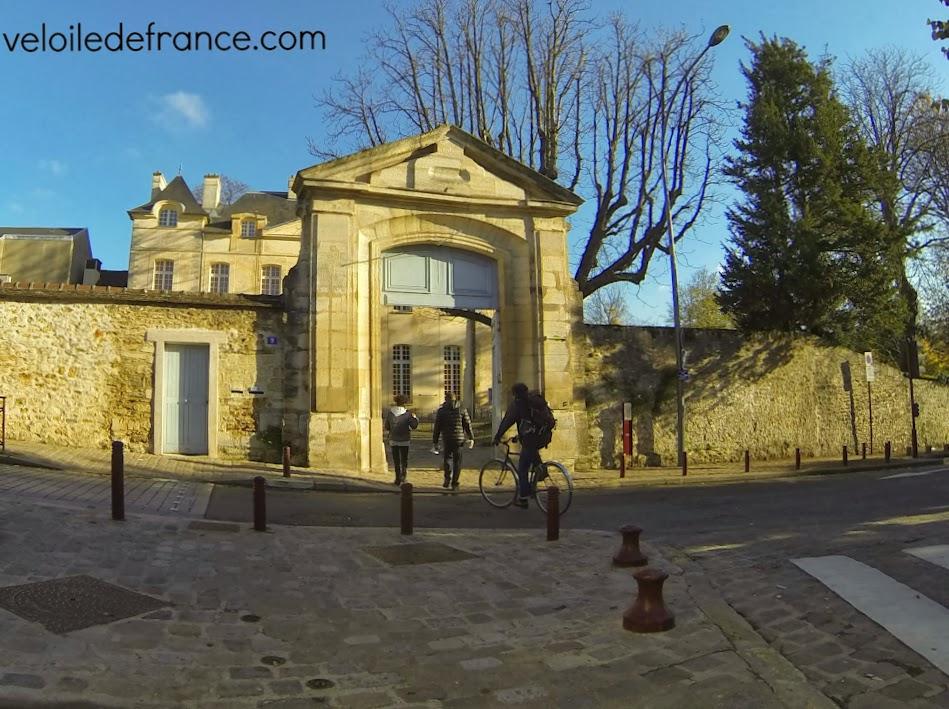 L'entrée du Petit Château - balade à vélo de Meudon à Sceaux - par veloiledefrance.com
