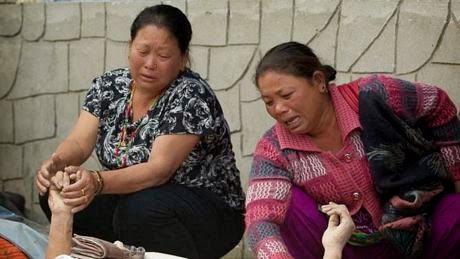 Nhung nguoi song sot khoc thuong truoc thi the cac than nhan tai mot benh vien o Kathmandu