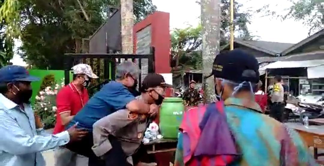 Aksi Heroik, Kapolsek Rajeng Gendong Penderita Ginjal Saat Pembagian Bansos