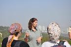 """אליענה רטנר - רכזת מתנדבים בממשק צומח, רט""""ג, מסבירה על המשימה - דילול האורנים בכרמל"""