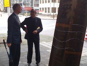 Burgemeester Onno van Veldhuizen in gesprek met initiatiefnemer voor het monument Antek Olszanowski