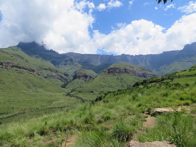 Wolken rond bergtoppen van de Amphitheatre bergformatie, Drakensberg - Zuid Afrika