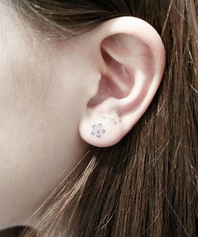 Esta pequena flor na orelha