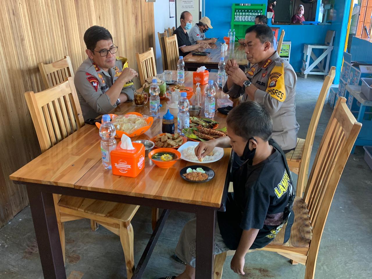 Traktir Makan siang bocah Penjual Asinan, Kapolda Dapat Pujian Warga Sulsel