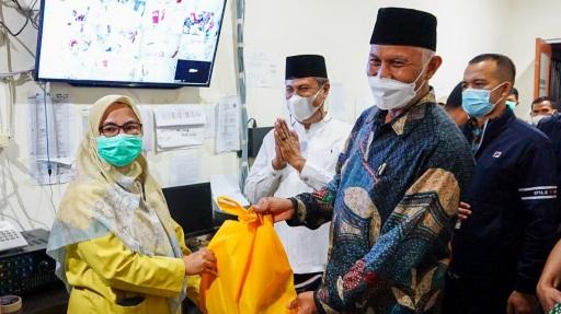 Berjibaku Tangani Covid-19, Gubernur Mahyeldi Beri Semangat Bagi Nakes RSUD dr. Achmad Mochtar Bukittinggi