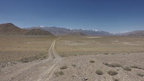 Unser Weg führt durch eine offene und einsame Landschaft.