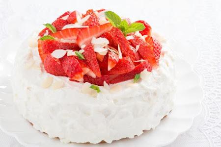 Bánh kem dâu tây chúc mừng sinh nhật dễ thương
