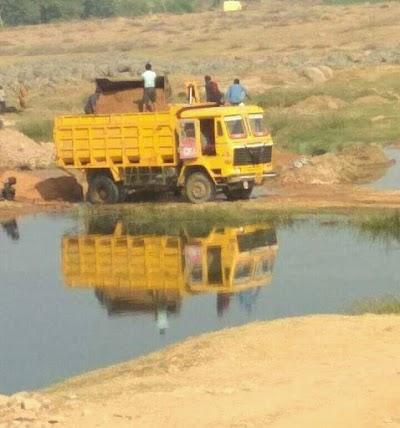 दिनारा के क्षेत्र छितीपुर मे अवैध रेत का कालाकरोबार रातो रात रोजना निकलते 20  से 30 डम्पर