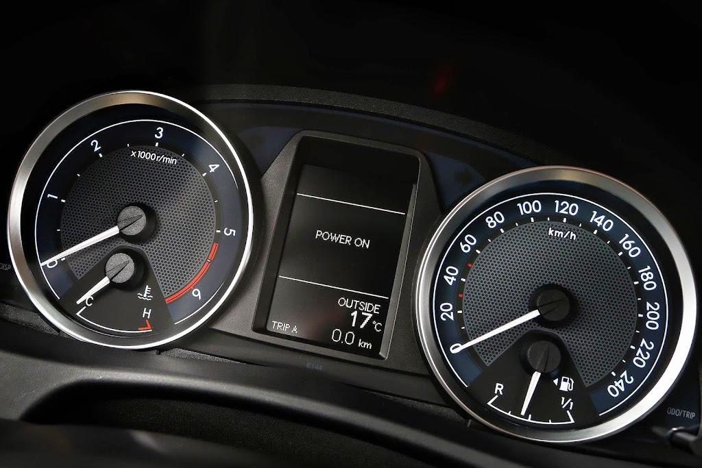 2013-Toyota-Auris-29