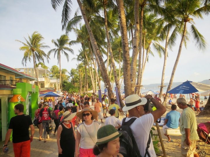 ボラカイ島のビーチロードの様子