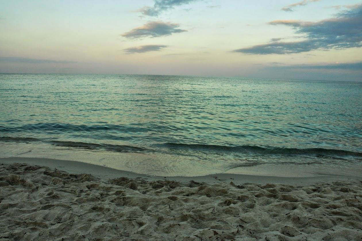 Пляж у отеля. Вечер. Свинцовая вода.