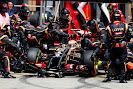 Pastor Maldonado, Lotus E22 Renault, makes a pit stop
