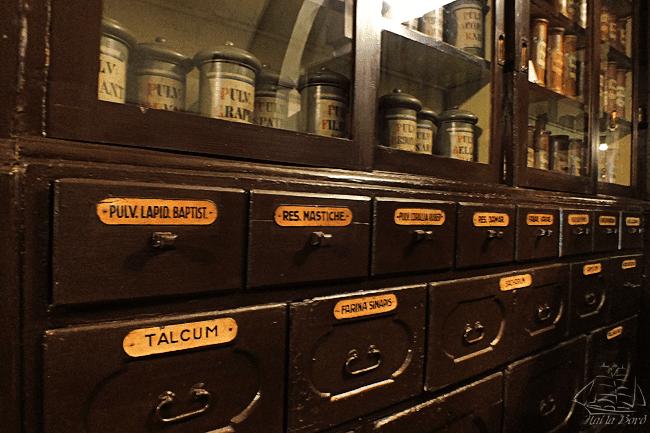 rafturi muzeul farmaciei cluj