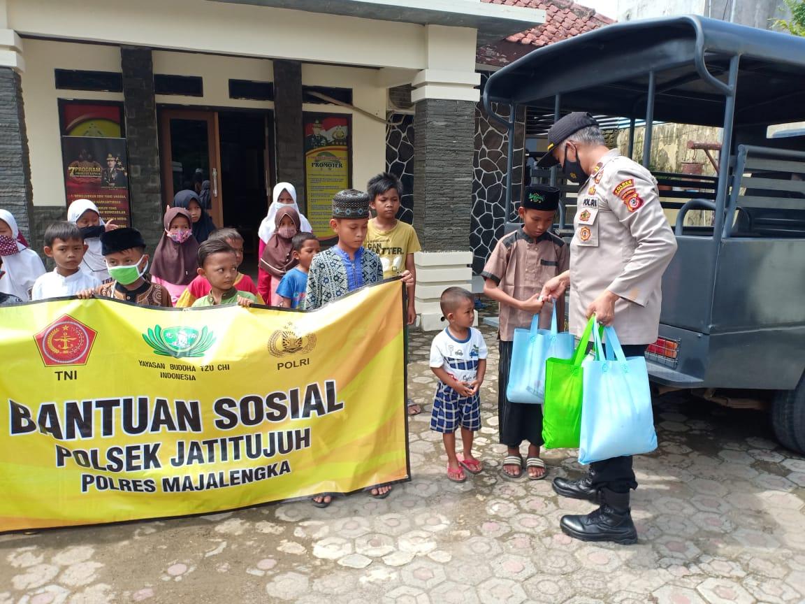 Polres Majalengka Polda Jabar Salurkan Bantuan Sosial Kepada Puluhan Anak Yatim Piatu