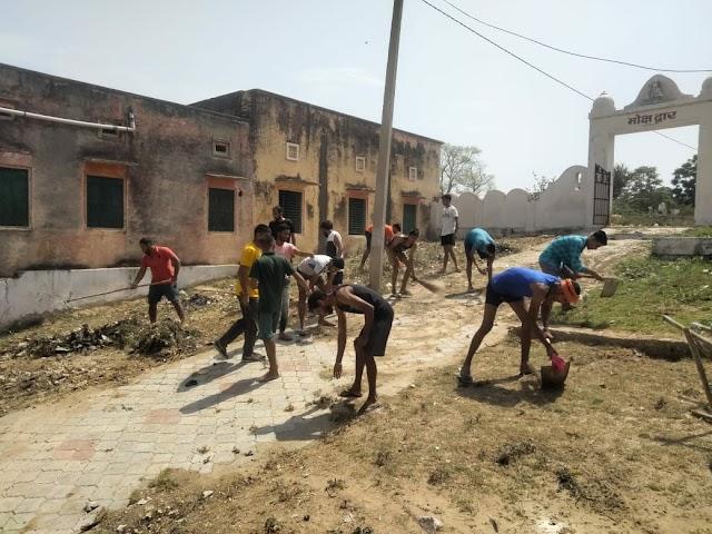युवाओं ने मंदिर परिसर में साफ सफाई कर स्वच्छता का संदेश दिया