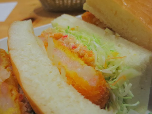 厚みのあるパンで挟まれたエビカツサンド