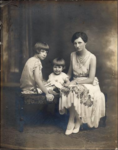 MILNE_Florence w Joan & Patricia_1926_portrait_ENH