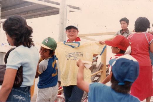 Niño posando con camiseta de publicidad del campeonato nacional de ligas pequeñas división menor de 1986