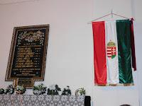 23 A hősök emléktáblája mellé került a zászló.JPG