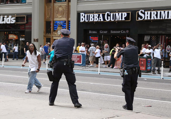 Pelancong rakam polis tembak suspek bersenjata pisau