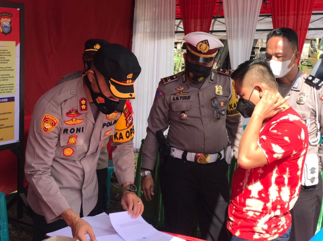 Kapolres Soppeng Kunjungi Posko Penyekatan Lebaran Ketupat di Kecamatan Marioriawa
